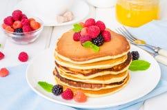 Стог очень вкусных американских блинчиков с ягодами на завтрак стоковое фото rf