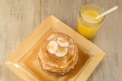 Стог очень вкусных блинчиков завтрака с сиропом Стоковая Фотография RF