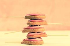 Стог очень вкусных свежих печений в форме сердца на пинке Стоковая Фотография RF