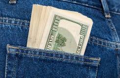 Стог 100 долларовых банкнот в джинсах pocket Стоковое Фото