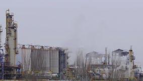 Стог пара фабрики - петрохимический и нефтяная промышленность сток-видео