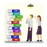 Стог пестротканых папок картона рядом с парой работников в унынии r От школы, офис, работа бесплатная иллюстрация