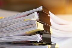 Стог печатных документов с зажимом, кучей незаконченных документов стоковое фото rf