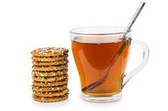 Стог печений с семенами сезама и чая на белизне Стоковая Фотография