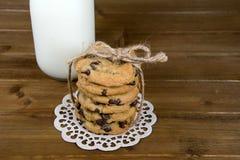Стог печенья обломока шоколада с смычком строки Стоковая Фотография RF