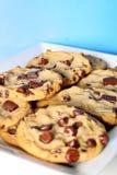 Стог печенья обломока Choc на голубой вертикали Стоковые Фото