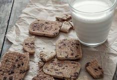 Стог печенья обломока шоколада и стекла молока Стоковые Изображения RF