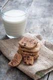 Стог печенья обломока шоколада и стекла молока Стоковые Фотографии RF