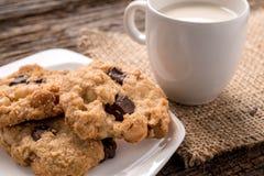 Стог печенья обломока шоколада и стекла молока Стоковые Изображения