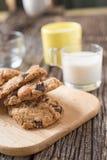 Стог печенья обломока шоколада и стекла молока Стоковая Фотография