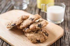 Стог печенья обломока шоколада и стекла молока Стоковая Фотография RF