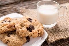 Стог печенья обломока шоколада и стекла молока Стоковые Фото