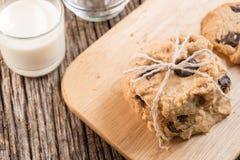 Стог печенья обломока шоколада и стекла молока Стоковое Изображение