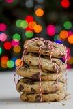 Стог печенья обломока шоколада перед рождественской елкой Стоковая Фотография RF