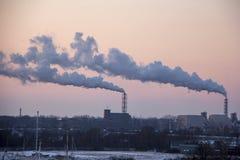 Стог печной трубы куря на восходе солнца Тема загрязнения воздуха и изменения климата Стоковое Фото