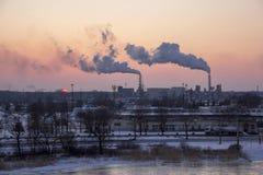 Стог печной трубы куря на восходе солнца Тема загрязнения воздуха и изменения климата Стоковое Изображение