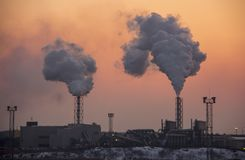 Стог печной трубы куря на восходе солнца Тема загрязнения воздуха и изменения климата Стоковые Изображения RF