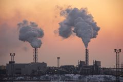 Стог печной трубы куря Тема загрязнения воздуха и изменения климата стоковое фото rf