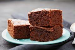 Стог пирожного Шоколадный торт в плите бирюзы на винтажной черной таблице Домодельное печенье для десерта Стоковая Фотография