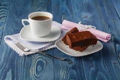Стог пирожного, шоколадный торт крупного плана в плите на деревенское деревянном Стоковая Фотография RF
