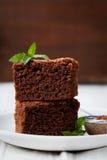 Стог пирожного, шоколадный торт крупного плана в плите на деревенской таблице Стоковые Фотографии RF