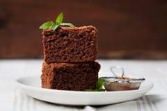 Стог пирожного, шоколадный торт крупного плана в плите на деревенской таблице Стоковое Фото