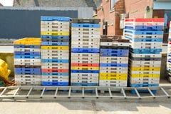 Стог пластичных клетей используемых для того чтобы хранить рыбы на гавани Стоковое фото RF