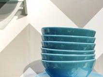 Стог плит Множество плит Плиты от ресторана голубые плиты Плиты для еды Стоковые Фотографии RF