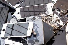 Стог поврежденного умного тела телефона и треснутого экрана LCD стоковое изображение rf