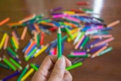 Стог покрашенных карандашей в руках Стоковая Фотография