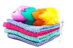 Стог покрашенных полотенец и губки ванны Стоковая Фотография