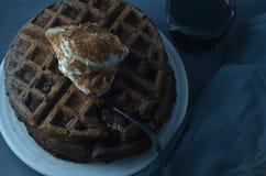Стог покрытых waffles шоколада взбил cream порошок шоколада Стоковые Изображения