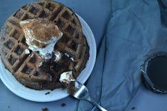 Стог покрытых waffles шоколада взбил cream порошок шоколада Стоковые Изображения RF