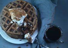 Стог покрытых waffles шоколада взбил cream порошок шоколада Стоковые Фотографии RF