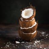 Стог половины кокоса и хлопьев кокоса Стоковое Изображение RF