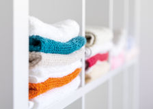 Стог полотенец в linen шкафе Стоковое фото RF