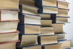 Стог предпосылки книг много куч книг Стоковая Фотография RF