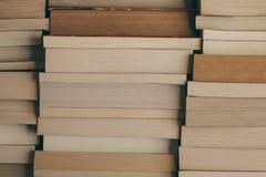 Стог предпосылки книг Строка книг как предпосылка для дизайна Концепция образования и премудрости Старый год сбора винограда запи Стоковое фото RF