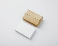 Стог пустых белых визитных карточек и коробки карточек ремесла на белой предпосылке Стоковое Изображение RF