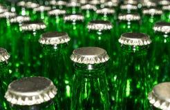 Стог пустых зеленых стеклянных бутылок Стоковые Изображения