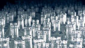 Стог пустых стеклянных bottlings вытекает от темноты акции видеоматериалы