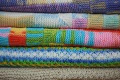 Стог различных красочных связанных одеял Тип зимы На белой предпосылке Стоковая Фотография