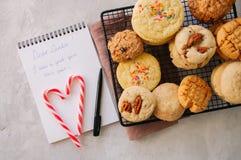 Стог различных печений на коммуникационном проводе Тросточки и белизна конфеты Стоковые Изображения RF