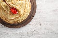 Стог русского тонкого blini блинчиков с красной икрой Еда фестиваля Shrovetide Maslenitsa стоковая фотография