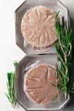 Стог свежего сырцового пирожка бургера изолированного на белизне Стоковое Фото