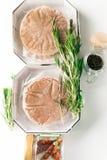 Стог свежего сырцового пирожка бургера при черный перец изолированный на белизне Стоковое Фото