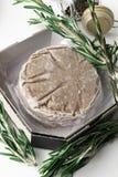 Стог свежего сырцового пирожка бургера при черный перец изолированный на белизне Стоковое фото RF