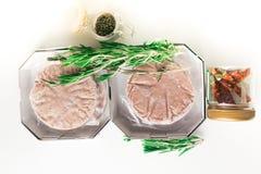 Стог свежего сырцового пирожка бургера при черный перец изолированный на белизне Стоковые Изображения