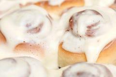Стог свеже cinnabon, французские плюшки с циннамоном и сливк Стоковые Фото