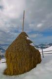 Стог сена на верхней части горы снега Стоковое фото RF
